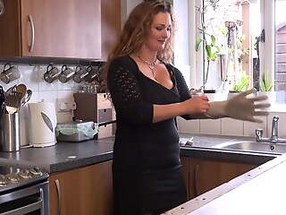 Down in the mouth housewife feeding her cunt