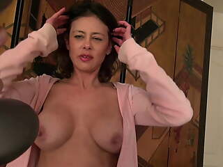Naughty MILF in big juicy pussy lips loves anent work out