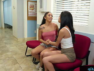 Dazzling Savannah Sixx Needs Pussy Fingered At The Doctor!