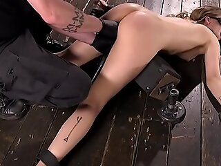 floor在地板上的黑发手指