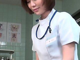 标题为CFNM日本女医生给病人打手枪