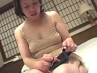 亚洲奶奶插入一个性爱工具到她的猫