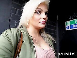在公共场合反向女牛仔巨乳刘海