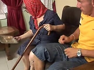 要求年龄惊人的老太婆充满活力的老豆交配超过一个短语