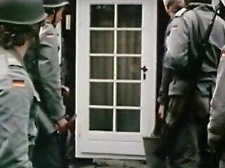 热卖场在德国水果色情中被一名士兵性交